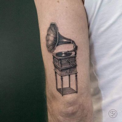 Man wearing a single needle tattoo on his tricpes